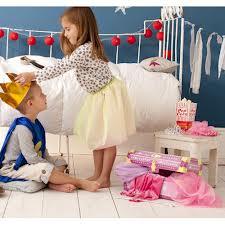 princesa corona al rey